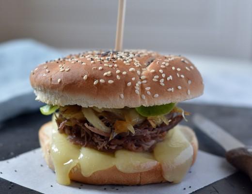 Burger confit de canard et d'oignon, ossau iraty