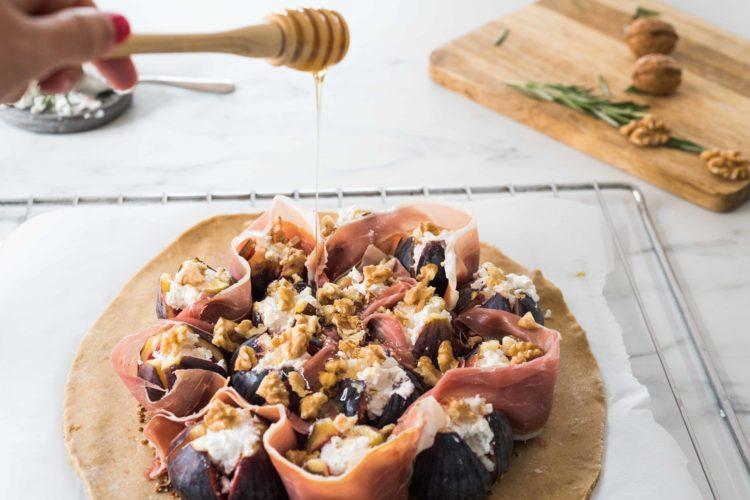 Tarte rustique aux figues, chèvre frais, romarin