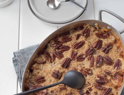 Crumble aux prunes et noix de pécan