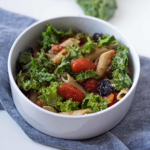 Pâtes au pesto, tomates et Kale croustillant