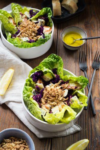 Salade sucrine, bleu d'auvergne, poulet et sauce citronnée