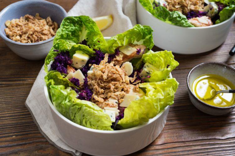 Salade sucrine, bleu, poulet et sa vinaigrette citronnée