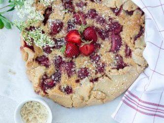 Tarte rustique aux fraises et à la crème de noisette