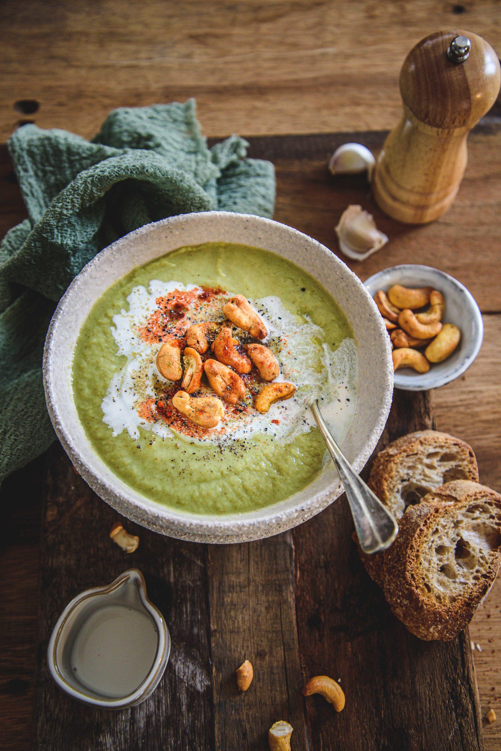 Soupe de brocolis et noix de cajou épicées