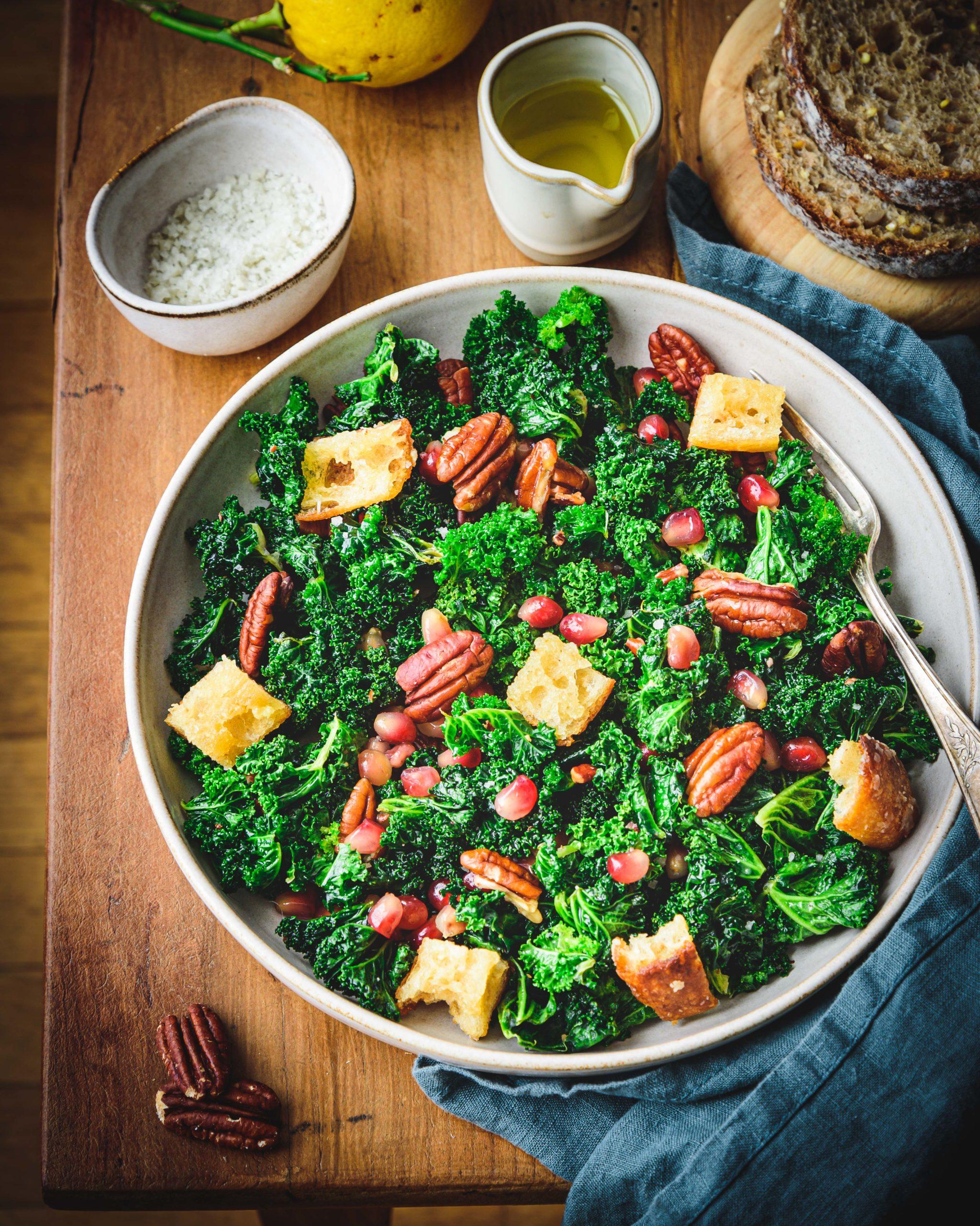 Salade de chou kale, grenade et pécan